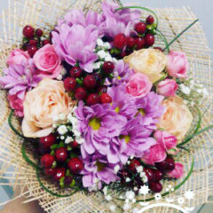 Розы, хризантемы, роза кустовая, гипсофил, берграс, гиперикум
