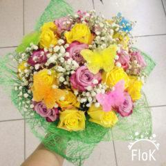 Розы, гипсофил, декоративные бабочки