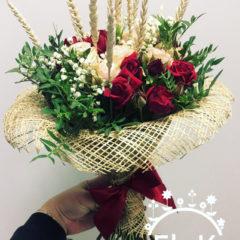 Роза кустовая бордовая, роза кустовая пионовидная, гипсофил, зелень