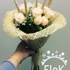 Пионовидная кустовая роза, гипсофил, колосья