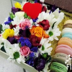 Розы, тюльпаны, хризантемы, альстромерия, статица и macarons
