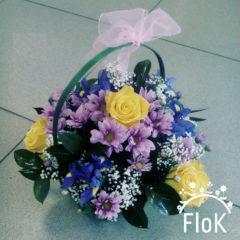 Розы, хризантемы, ирисы, рускус, гипсофил